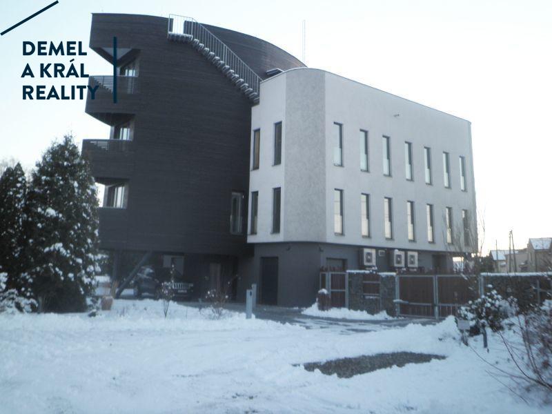 Pronájem sam. kancel. sekce, 110 m², rezidence Černá perla.